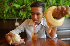 Di Kafe Reptil, Pelanggan Bisa Minum Kopi Sambil Mengelus Ular Piton