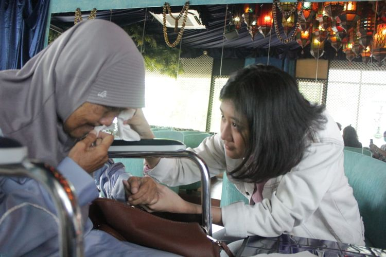 Ibunda mendiang Nike Ardilla, Nining Ningsihrat bertemu dengan perempuan yang berwajah mirip almarhumah, Amel (18) di Jakarta, Kamis (25/6/2021).
