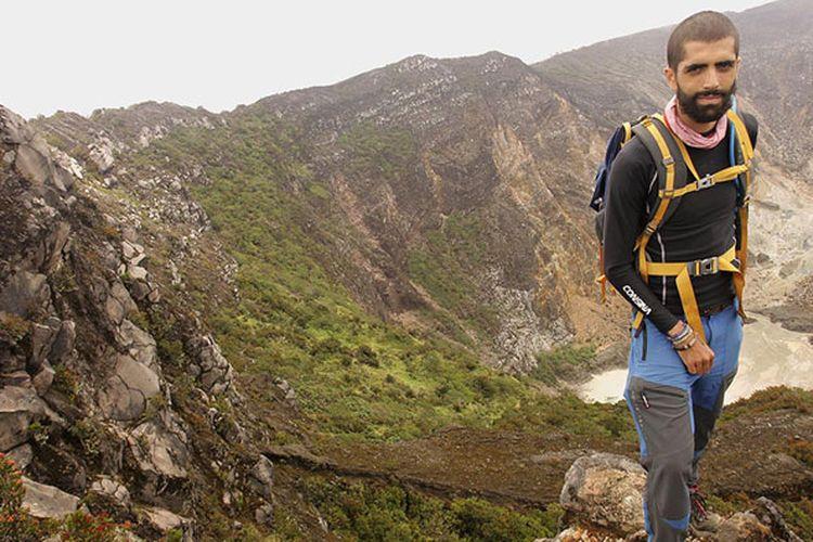Rémi Colbalchini (29), pendaki gunung asal Perancis, yang mendaki 21 gunung api di Indonesia dalam sebulan.