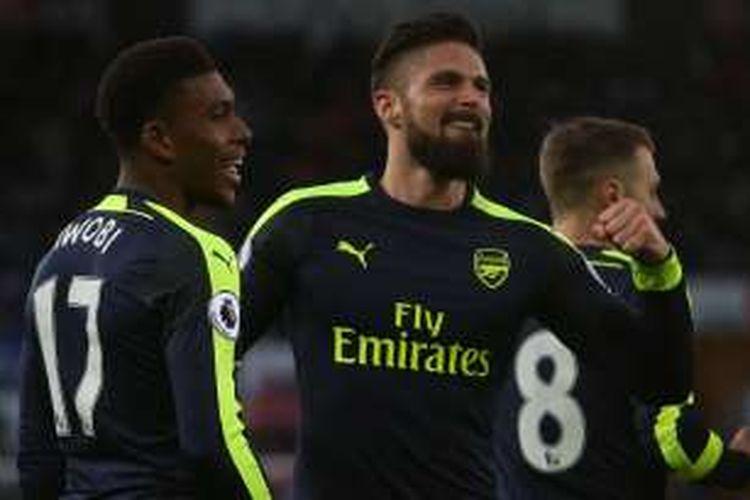 Striker Arsenal, Olivier Giroud, merayakan gol yang dicetaknya ke gawang Swansea City, dalam lanjutan Premier League di Stadion Liberty, Sabtu (14/1/2017).