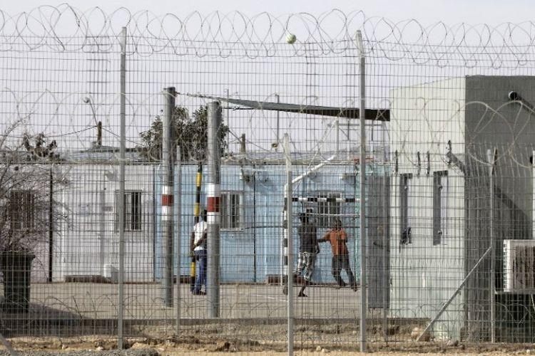 Migran Afrika di dalam pusat penampungan terbuka Holot di selatan padang pasir Negev, Israel, yang berbatasan dengan Mesir.