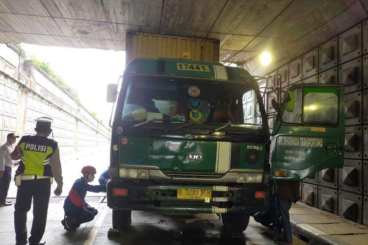 Truk kontainer tersangkut di underpass Pasar Jumat-Ciputat, Kebayoran Lama, Jakarta Selatan pada Selasa (2/3/2021).