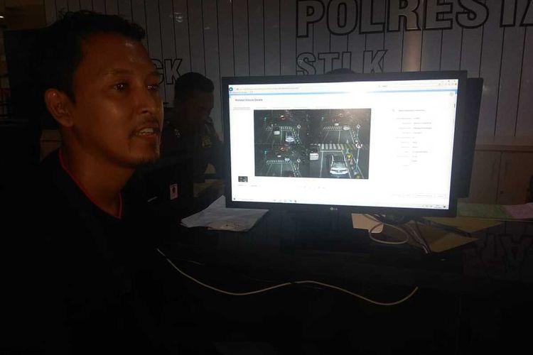 Salah satu warga melihat pelanggaran lalu lintas yang dilakukan melalui tayangan video di Posko Gakkum Mal Pelayanan Publik Siola, Surabaya, Jawa Timur, Rabu (15/1/2020).