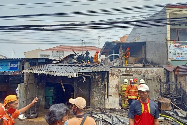 Pemadam memadamkan api di Jalan DDN II tepatnya di dekat Masjid Al Hikmah, Pondok Labu, Cilandak, Jakarta Selatan pada Rabu (10/3/2021).