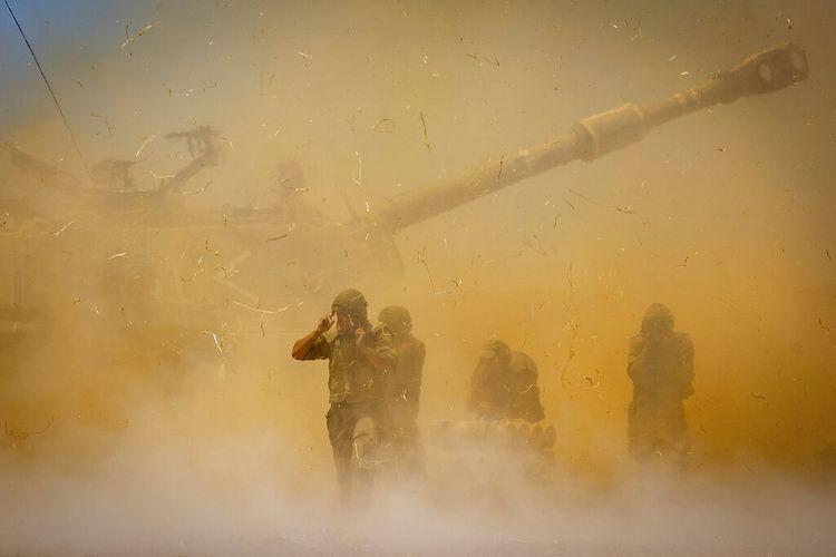 Unit artileri Israel menembak ke arah target di Jalur Gaza, pada 12 Mei 2021.