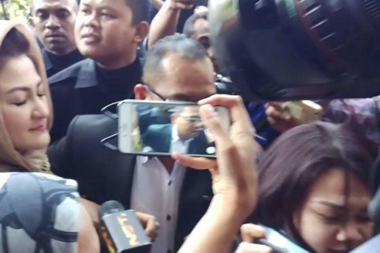 Istri Ketua DPR RI Setya Novanto, Deisti Astriani, memenuhi panggilan penyidik Komisi Pemberantasan Korupsi (KPK) sebagai saksi kasus e-KTP, Senin (20/11/2017).