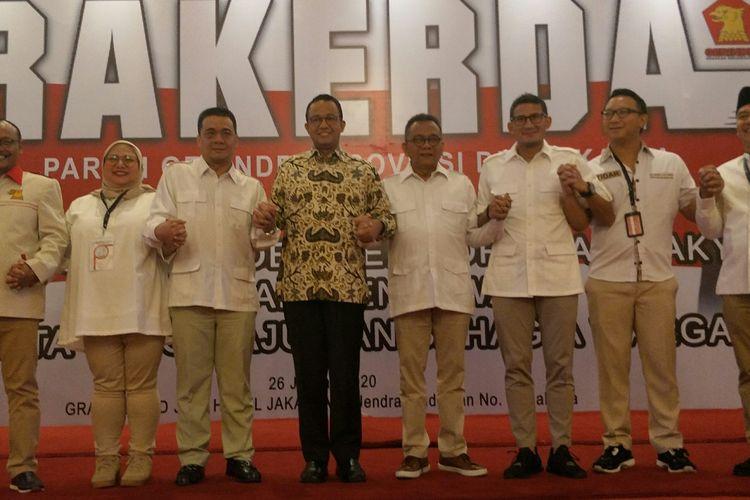 Calon wakil gubernur (cawagub) DKI Jakarta dari Partai Gerindra Ahmad Riza Patria (ketiga dari kiri) berdiri di samping Gubernur DKI Jakarta Anies Baswedan (keempat dari kiri) saat menghadiri pembukaan rakerda DPD Partai Gerindra DKI Jakarta di Hotel Grand Sahid Jaya, Jakarta Pusat, Minggu (26/1/2020).