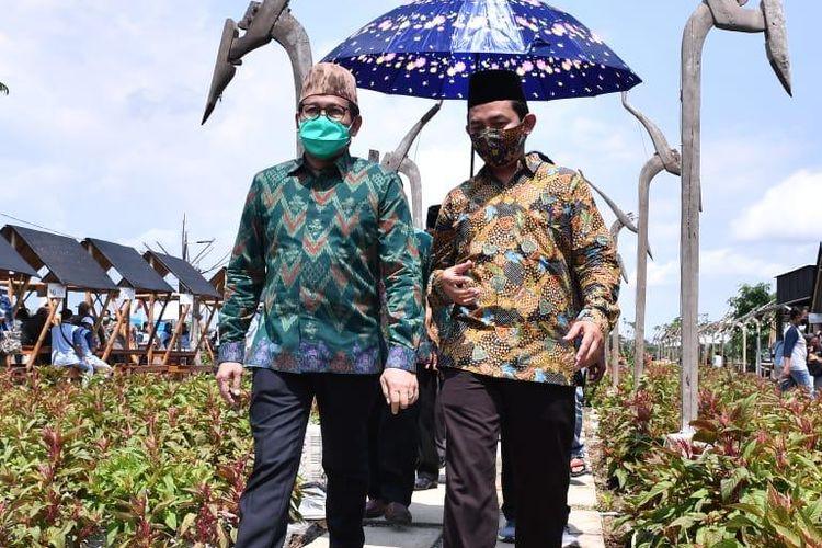 Menteri Desa, Pembangunan Daerah Tertinggal dan Transmigrasi (Mendes PDTT) Abdul Halim Iskandar (kanan) saat kunjungan ke peresmian Desa Digital di Desa Kendalbulur, Boyolangu, Tulungagung, Jawa Timur, Kamis (29/10/2020).