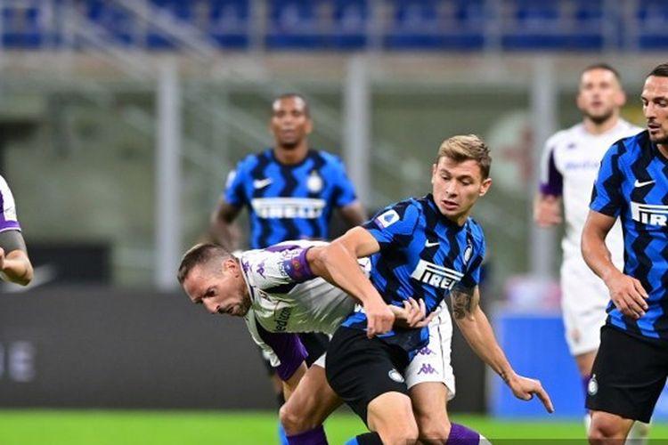 Franck Ribery dan Nicolo Barella berduel pada laga Inter Milan vs Fiorentina di Stadion Giuseppe Meazza, Minggu (27/9/2020) dini hari WIB.