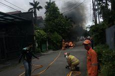 Korsleting, Mobil Toyota Corolla DX Terbakar di Depan Rumah Cilandak
