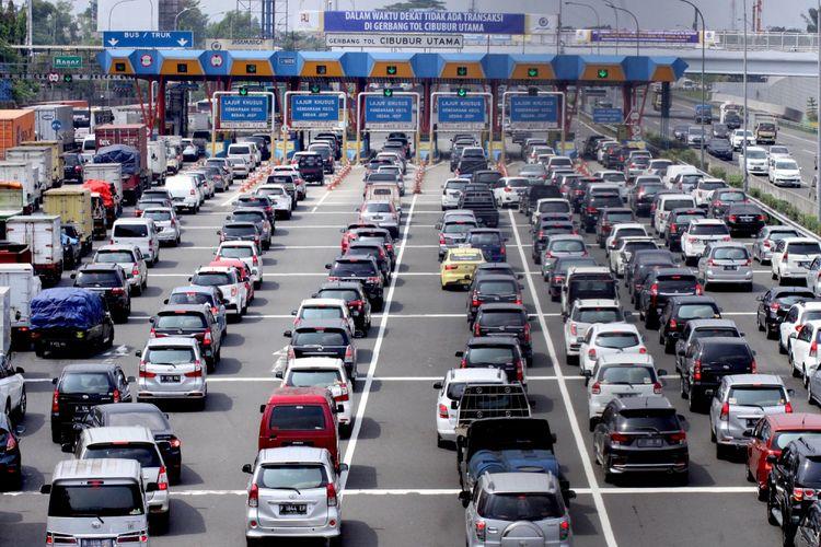 Sejumlah kendaraan antre di gerbang tol Cibubur Utama, Jakarta Timur, Kamis (7/9). Menteri Pekerjaan Umum dan Perumahan Rakyat (PUPR) Basuki Hadimuljono telah mengeluarkan surat keputusan menghilangkan gerbang tol Cibubur dan Cimanggis mulai 8 September 2017, hal tersebut bertujuan untuk mengurai kemacetan pada ruas tol Jakarta, Bogor dan Ciawi (Jagorawi). ANTARAFOTO/Yulius Satria Wijaya/aww/17.