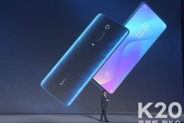Ilustrasi Lu Weibing memamerkan Redmi K20 Pro dan K20