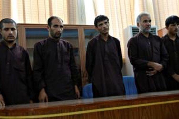 Lima dari tujuh terpidana kasus pemberontakan di Afganistan, berdiri mendengarkan vonis yang dibacakan hakim dalam sidang kasus pemerkosaan sekelompok perempuan. Hakim memutuskan hukuman mati untuk ketujuh pria itu.