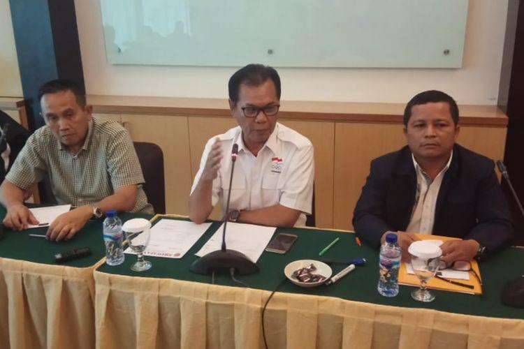 Direktur Utama (Dirut) PT SOM Mudai Maddang (tengah) saat memberikan keterangan.