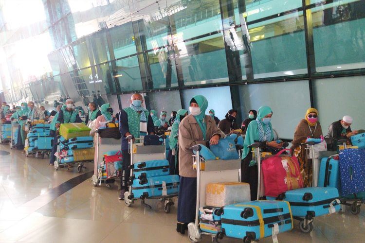 Penumpang pesawat dari luar negeri yang datang di Terminal 3 Bandara Soekarno-Hatta sedang menunggu kedatangan bus guna kemudian menjalani karantina, Selasa (29/12/2020) siang.