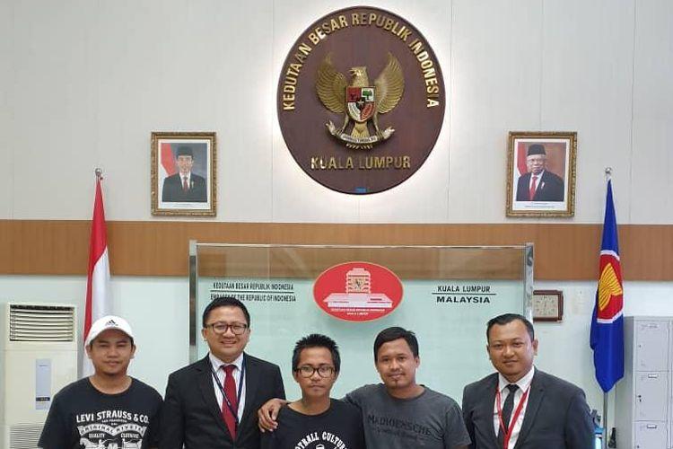Andreas Setiawan (tengah) saat berada di KBRI Kuala Lumpur pasca pembebasannya dari tahanan Polis Diraja Malaysia, Kamis (28/11/2019).