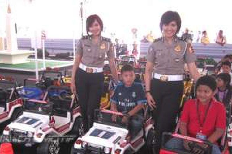 Dua Polisi Wanita yang bertugas mengedukasi anak-anak di IIMS 2016.