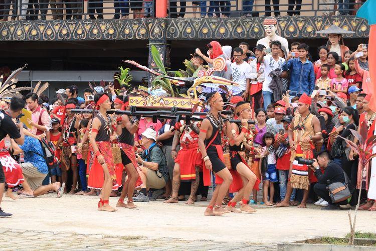 Tarian adat di acara pembukaan Naik Dango ke-34 di Kecamatan Ngabang, Kabupaten Landak, Kalimantan Barat, Sabtu (27/4/2019). Acara tersebut resmi dibuka oleh Presiden Majelis Adat Dayak Nasional (MADN) Cornelis.
