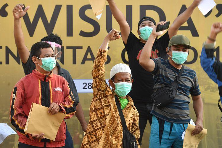Sejumlah pasien meluapkan ekspresinya saat wisuda COVID-19 di halaman Rumah Sakit Lapangan, Surabaya, Jawa Timur, Selasa (28/7/2020).  Berdasarkan data Satgas penanganan COVID-19 menyatakan jumlah pasien sembuh di Jawa Timur pada (28/7) sebanyak 401 pasien sehingga total pasien yang dinyatakan sembuh tercatat 13.081 orang.