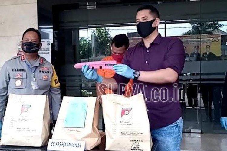 Kasat Reskrim Polres Tulungagung, AKP Ardyan Yudo Setyantono menunjukkan pisau yang dibawa korban, Jumat (15/5/2020). (surya.co.id/david yohannes) ((surya.co.id/david yohannes))