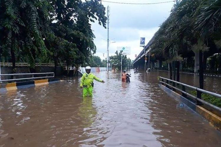 Banjir di Jalan Yos Sudarso, Jakarta Utara di depan Mall of Indonesia, Minggu (23/2/2020).