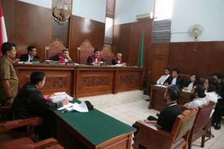 Sidang perkara penyalahgunaan narkotika dengan terdakwa Restu Sinaga diadakan di Pengadilan Negeri Jakarta Selatan, Kamis (27/10/2016). Alex Abbad (duduk di kursi tengah menghadap ke majelis hakim) menjadi salah satu saksi.