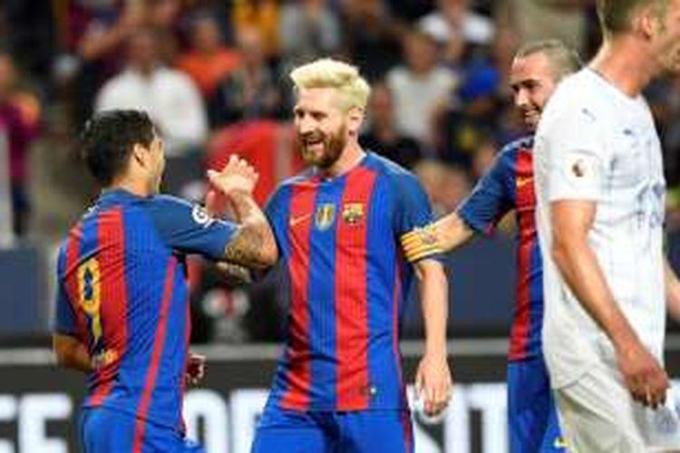 Luis Suarez dan Lionel Messi merayakan gol Barcelona ke gawang Leicester City pada ajang International Champions Cup di Friends Arena, 3 Agustus 2016.