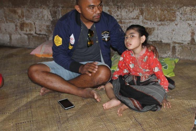 Karolina Krisa Niken (8), seorang anak perempuan asal kampung Wesang, Desa Compang Wesang, Kecamatan Poco Ranaka, Kabupaten Manggarai Timur, NTT menderita lumpuh layu sejak lahirnya, Rabu (21/8/2019).