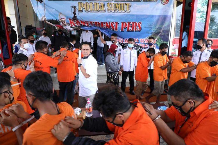 18 orang dari 20 orang warga yang ditangkap pasca-bentrokan di Desa Mompang Julu, Mandailing Natal dipaparkan di Markas Polda Sumatera Utara, Rabu (8/7/2020). Sedikitnya akibat bentrokan tersebut, enam personel polisi luka-luka, dua mobil dan satu sepeda motor dibakar, juga satu rumah kepala desa dirusak massa.