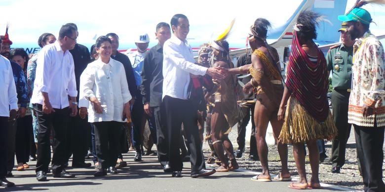 Presiden Jokowi disambut masyarakat adat yang menggunakan koteka saat tiba di Bandara Nop Goliat Dekai, Yahukimo, Selasa (18/10/2016).