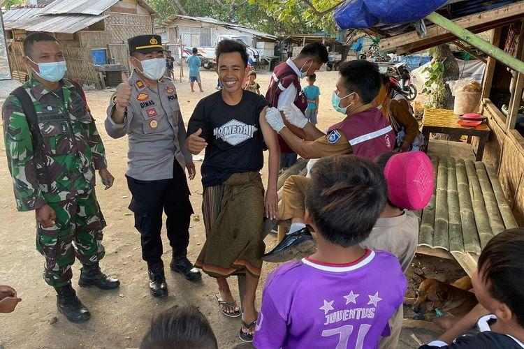 Suasana vaksinasi di Daerah Pesisir Pantai di Kecamatan Pujut