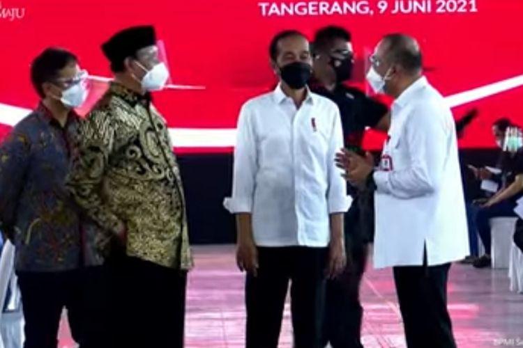 Presiden Joko Widodo meninjau vaksinasi Covid-19 untuk 10.000 warga Kabupaten Tangerang yang digelar di Sport Center Kabupaten Tangerang, Rabu (9/6/2021).