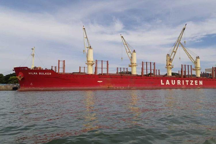 Kapal yang berlayar dari India berlabuh di Cilacap, Jawa Tengah. Dari 20 ABK, 13 di antaranya positif Covid-19.