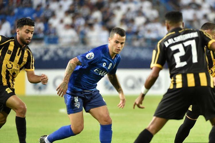 Bek Ittihad, Hamdan al-Shamrani (kanan) dari Saudi bersaing untuk mendapatkan bola dengan pemain depan Italia Hilal Sebastian Giovinco selama pertandingan sepak bola perempat final Liga Champions AFC antara Al-Ittihad dan Al-Hilal di Stadion Universitas Raja Saud di Riyadh pada September, September. 17, 2019.