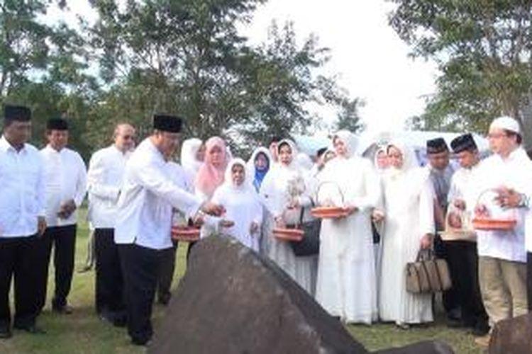 Pengunjung melakukan tabur bunga di Makam Massal Korban Tsunami Aceh, Kamis (26/12/2013). Ribuan warga Aceh larut dalam doa dan zikir mengenang sembilan tahun musibah gempa dan tsunami Aceh.