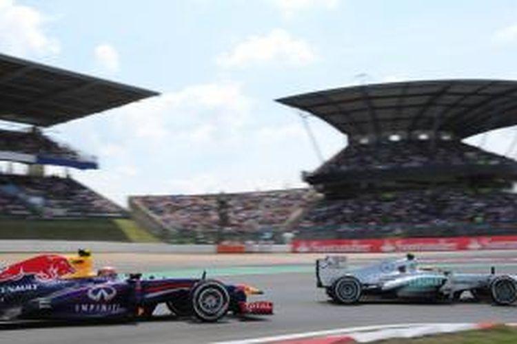 Pebalap Mercedes, Lewis Hamilton, membalap di depan pebalap Red Bull, Mark Webber, saat kualifikasi GP Jerman di Sirkuit Nurburgring, Sabtu (6/7/2013).