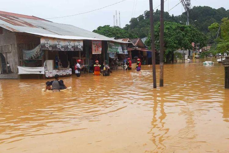 Banjir melanda kota Padang, Kamis (10/9/2020). Sejumlah warga terpaksa dievakuasi