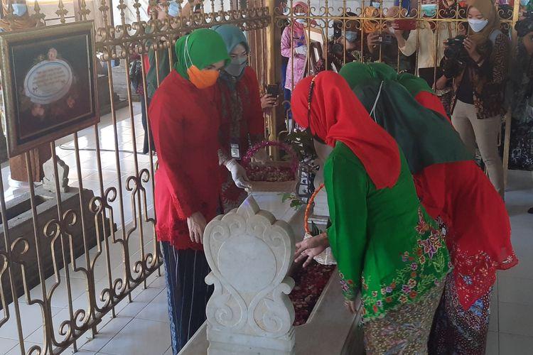 Istri Ganjar Pranowo, Siti Atiqoh Supriyanti melakukan ziarah kubur di Makam RA Kartini, Rembang, Rabu (21/4/2021)