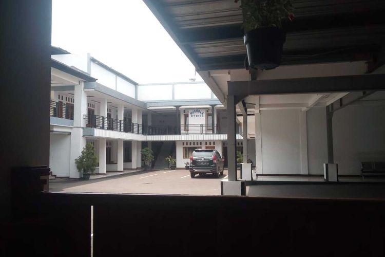 Situasi sepi di salahsatu halaman hotel di Cianjur, Jawa Barat. Wabah virus corona saat ini membuat bisnis hotel ambruk