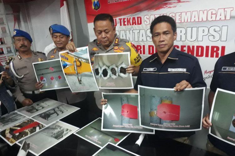 Kapolda Jatim, Irjen Luki Hermawan (tengah) menunjukkan foto barang bukti kasus amblesnya Jalan Raya Gubeng Surabaya, Rabu (22/1/2019)