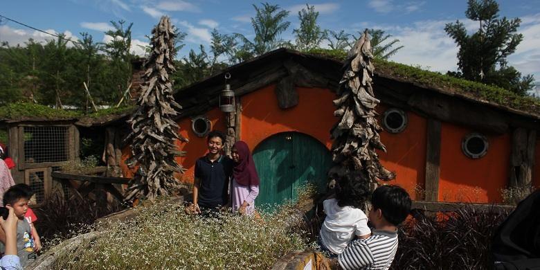 Rumah Hobbit jadi salah satu spot foto di wilayah Petting Zoo, Farm House Lembang.