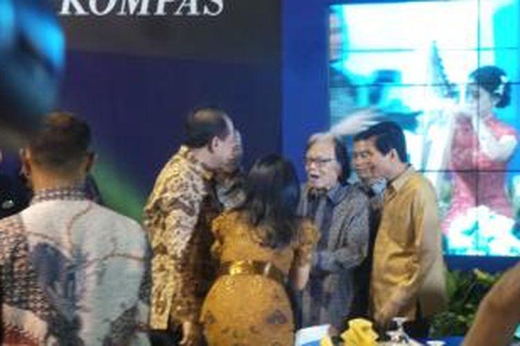 Pemimpin Utama Harian Kompas Jakob Oetama menghadiri syukuran dan peluncuran buku 50 tahun Kompas di Jakarta, Minggu (28/6/2015)