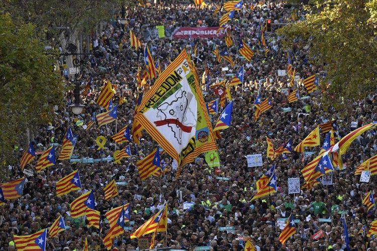 Massa pendukung pro-kemerdekaan Catalonia menggelar demo di Barcelona, Spanyol, pada 21 Oktober 2017. Mereka menyerukan pembebasan dua orang pimpinan Catalonia yang ditahan pihak Madrid.