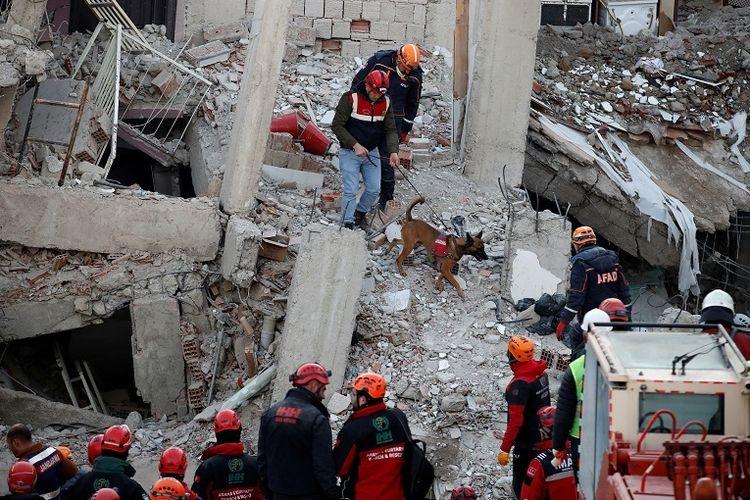 Tim penyelamat melakukan pencarian di gedung reruntuhan pada gempa bumi di Elaziq, Turki, 26 Januari 2020. REUTERS/Umit Bektas