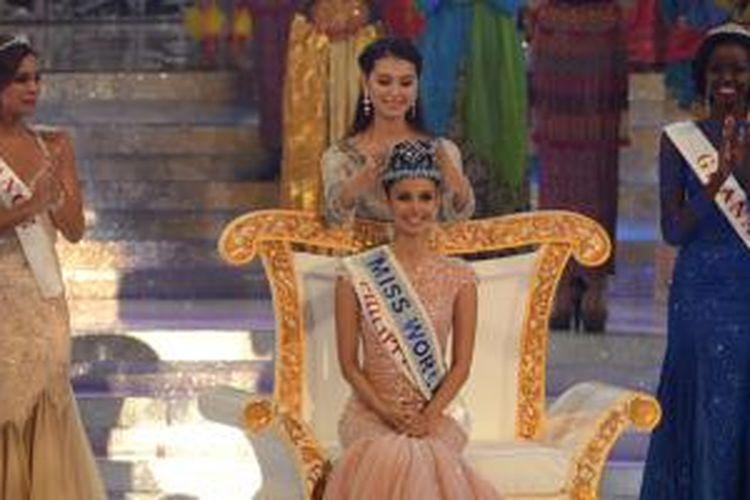 Miss World 2012 Yu Wenxia mengenakan mahkota kepada Miss World 2013 dari Filipina, Megan Young. Babak final Miss World 2013 berlangsung di Bali, Sabtu (28/9/2013).