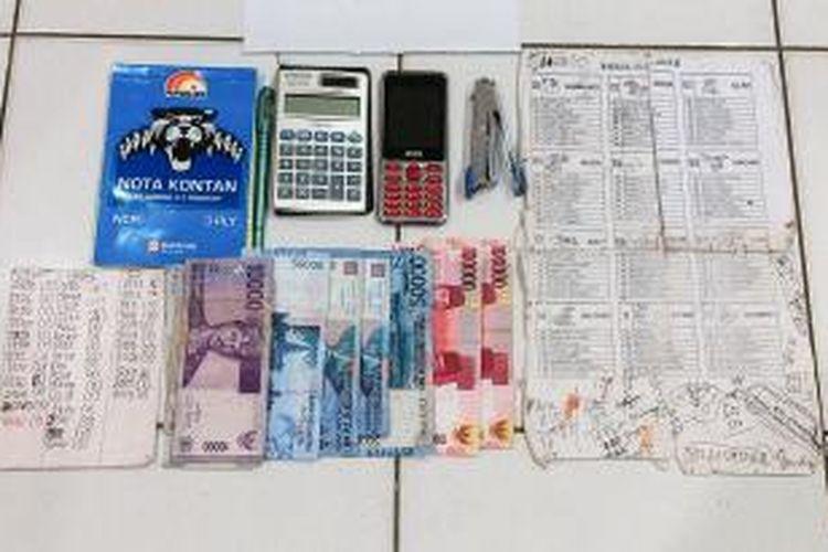 Barang bukti yang diamankan Dari salah satu penjual togel yang diamankan operasi pekat polresta Jayapura.