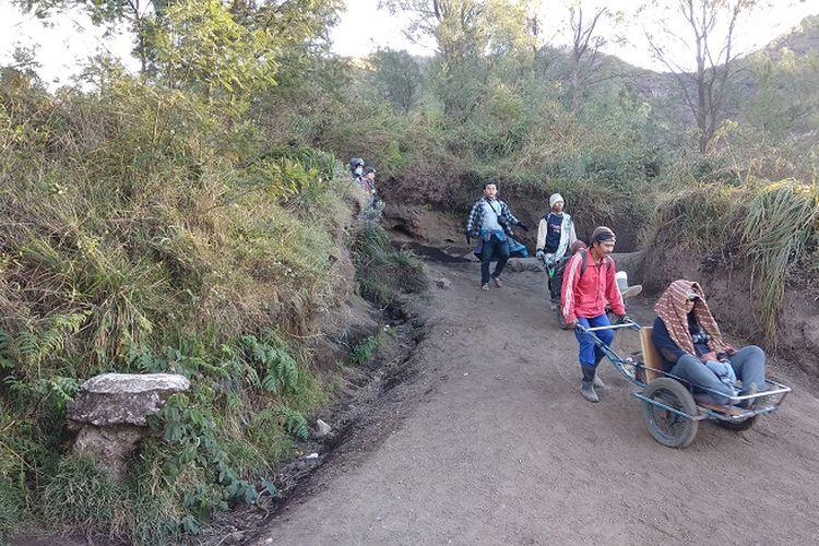 Pengojek atau supir supir taksimengantarkan wisatawan untuk menuruni jalur pendakian Gunung Ijen, Jawa Timur (9/9/2017). Pengojek atau supir taksi itu akan mengantarkan wisatawan menggunakan gerobak.