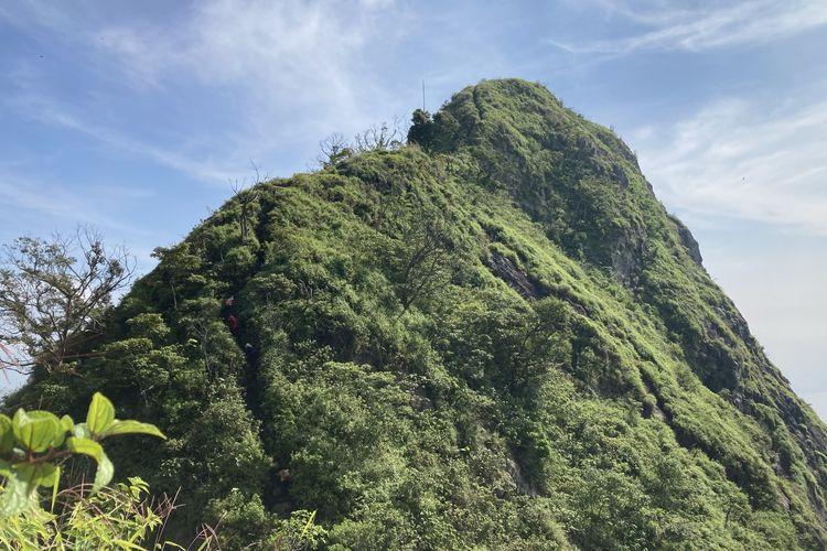 Puncak Gunung Parang yang terlihat dari jalur pendakian via Pesanggrahan di Kabupaten Purwakarta, Jawa Barat, Minggu (13/6/2021).