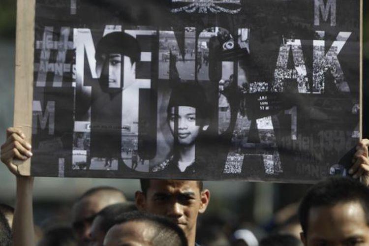 Mahasiswa Universitas Trisakti berdemonstrasi di depan Istana Kepresidenan, Jakarta, Selasa (12/5/2015). Aksi ini untuk memperingati 17 tahun tragedi Trisakti pada 12 Mei 1998 yang menelan korban empat orang mahasiswa Trisakti saat memperjuangkan reformasi.