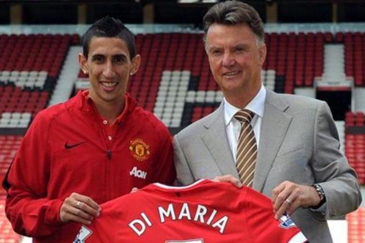 Gelandang anyar Manchester United, Angel Di Maria, bersama Louis van Gaal.